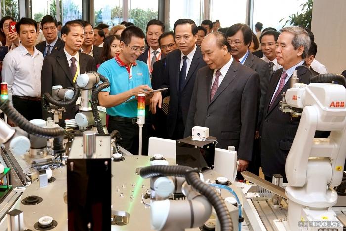 Thủ tướng Nguyễn Xuân Phúc và các đại biểu tham quan triển lãm kỹ năng nghề trong khuôn khổ sự kiện. (Nguồn: VGP/Quang Hiếu)